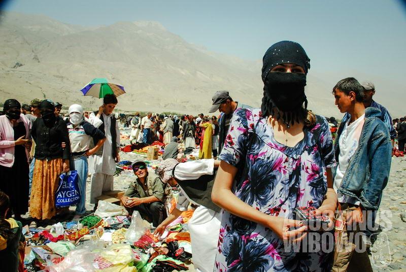 Perempuan Tajik menutup total wajahnya karena takut terhadap para lelaki Afghan di pasar internasional.