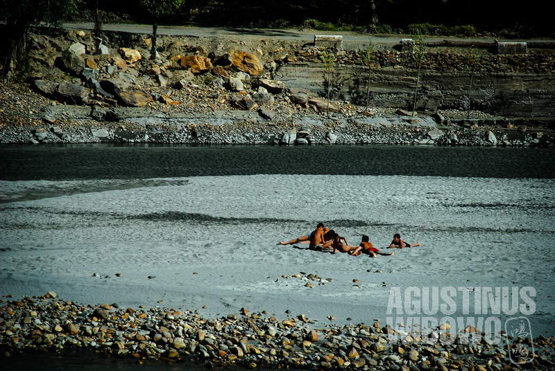 Warga Tajik berjemur di pantai sungai Amu Darya.