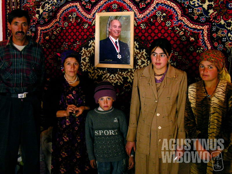 Keluarga Gulchera bersama foto Aga Khan, pemimpin spiritual umat Ismaili.