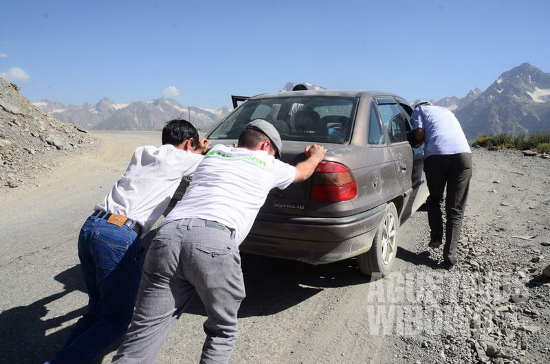 Perjalanan melintasi pegunungan Tajikistan membutuhkan kendaraan dan fisik yang prima.