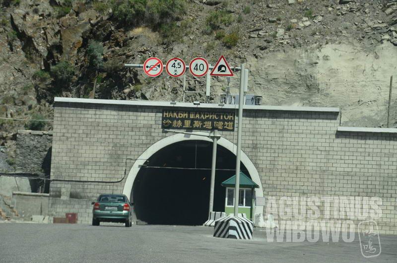 Terowongan buatan China ini adalah simbol persahabatan kedua negara.