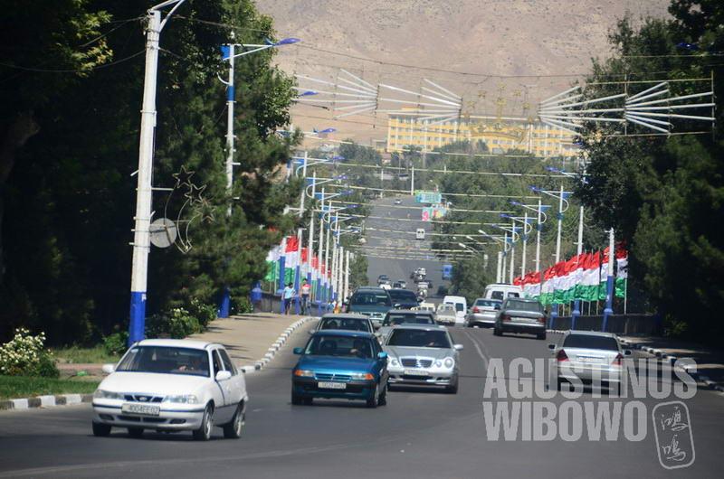 Kota Khujand di Utara jauh lebih padat dan sibuk daripada ibukota Dushanbe di Selatan