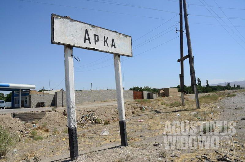 Selamat datang ke Kirgizstan, hanya sepanjang 300 meter.
