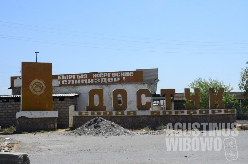 """""""Dostuk"""" adalah simbol Kirgizstan yang hampir selalu ada di setiap perbatasan negerinya, artinya """"Persahabatan""""."""