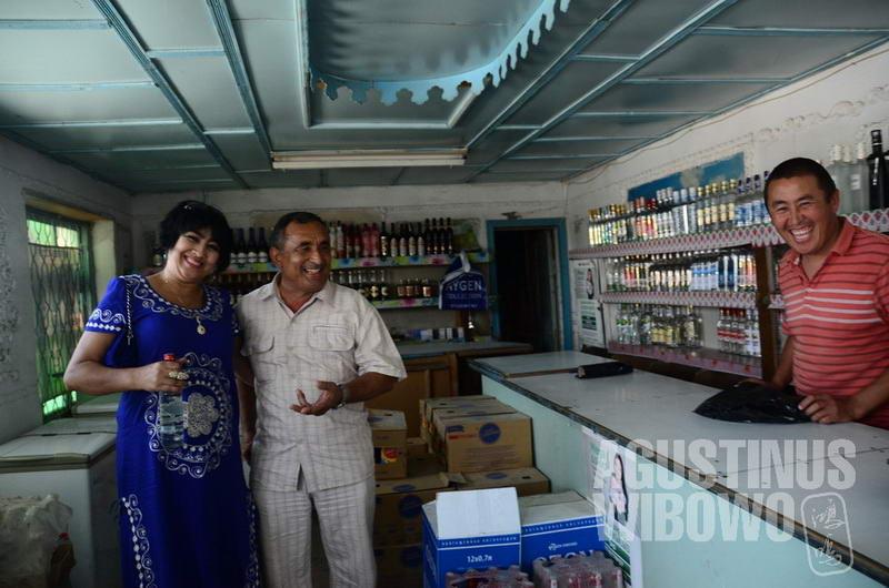 Pasangan Tajik membeli arak dari toko Kirgiz di Arka. Orang Tajik sendiri tidak terlalu banyak mengonsumsi alkohol sebagaimana orang Kirgiz.