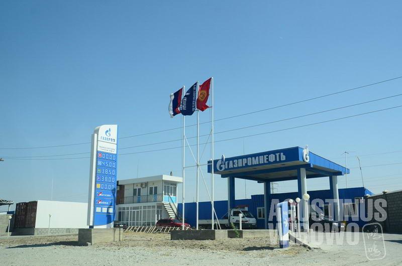 Pom bensin Kirgizstan di sepanjang jalan Histervarz, menjual bensin dengan harga jauh lebih murah daripada Tajikistan--yang hanya tepat di seberang jalan.
