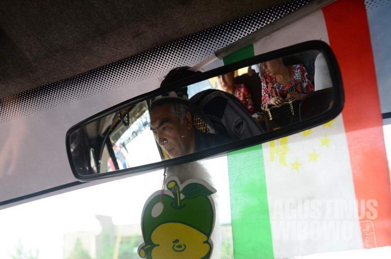 Angkutan umum di daerah perbatasan biasa memajang simbol-simbol negeri mereka sebagai dekorasi.
