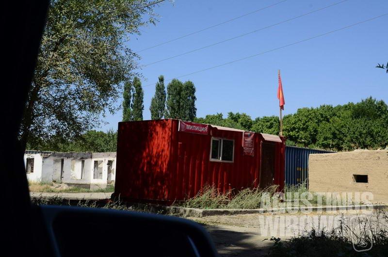 "Dalam dua kilometer di daerah ""papan catur"", pos polisi Tajikistan dan Kirgizstan berselang-seling."