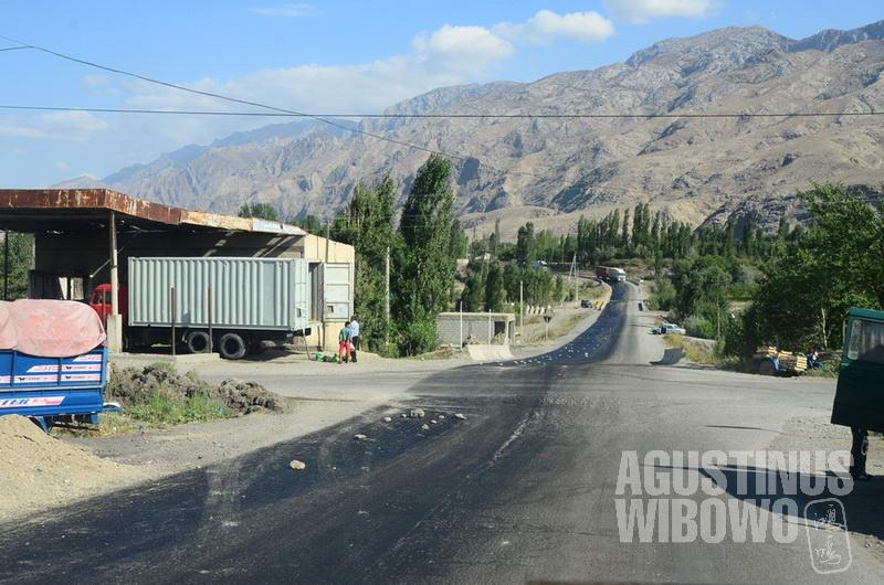 Jalan yang lurus adalah Kirgizstan, jalan yang melintang adalah Tajikistan. Kedua negeri berpotongan di persimpangan.