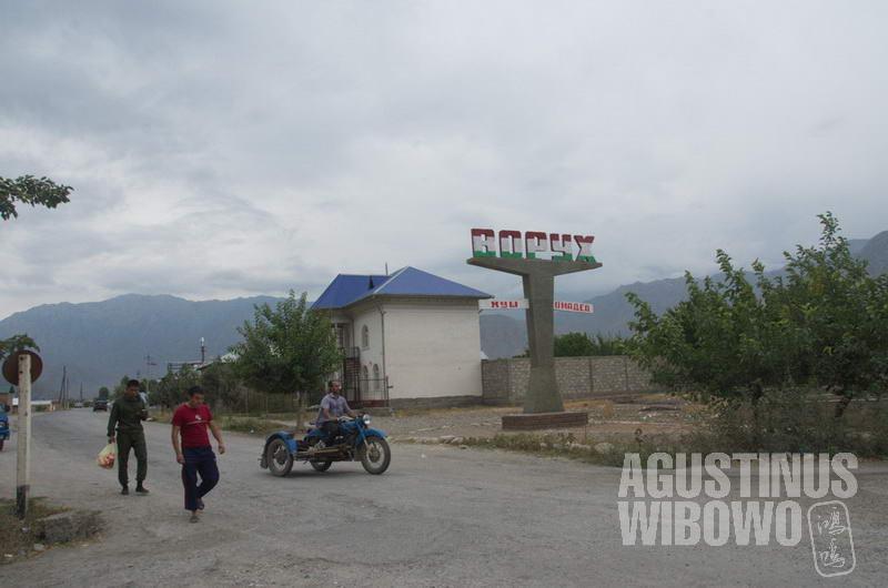 Vorukh, sebuah enklaf Tajikistan yang dikelilingi Kirgizstan.