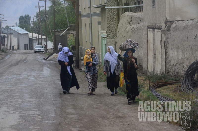 Mayoritas penduduk Vorukh adalah perempuan karena hampir semua lelaki mudanya bekerja ke Rusia.
