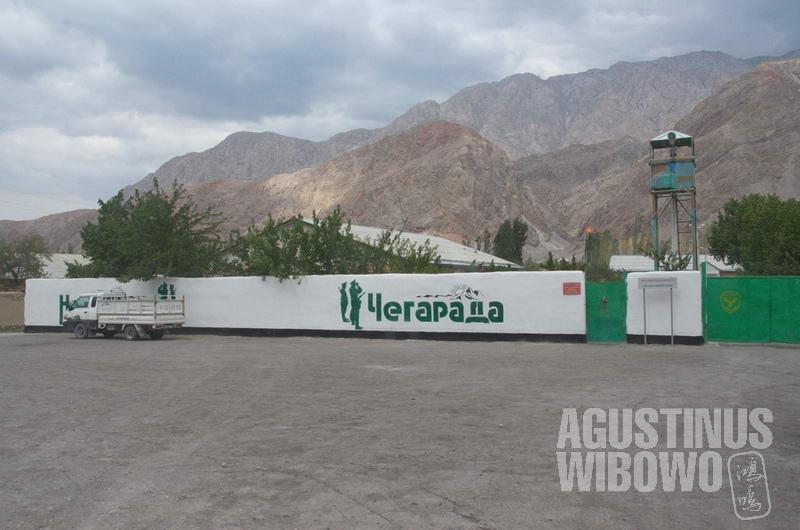 Pos militer perbatasan Kirgizstan di Ak-Sai, hanya 100 meter dari batas Vorukh.