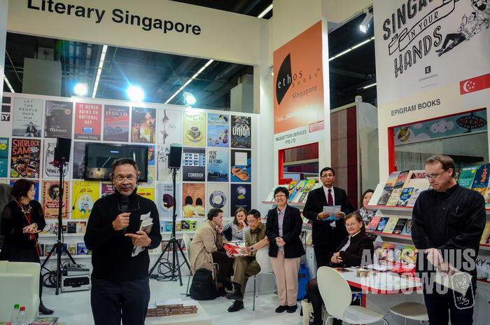 Goenawan Mohamad bicara di stan nasional Singapura