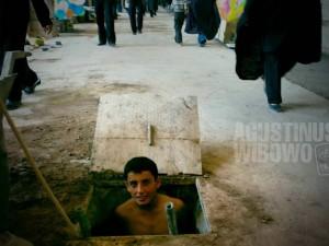 1pic1day-130917-iran-working-underground