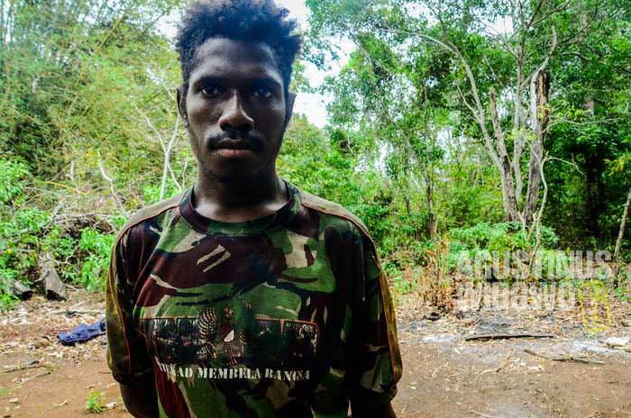 Seorang warga Papua Nugini dengan baju TNI-AD, yang dibeli dari Merauke (AGUSTINUS WIBOWO)