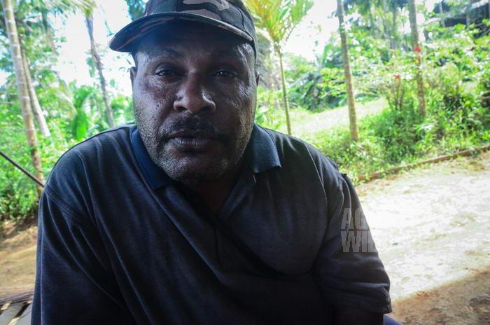 Michael, warga lokal yang membakar sekolah yang dibangun para pengungsi, dan dengan bangga menceritakan kembali aksinya.