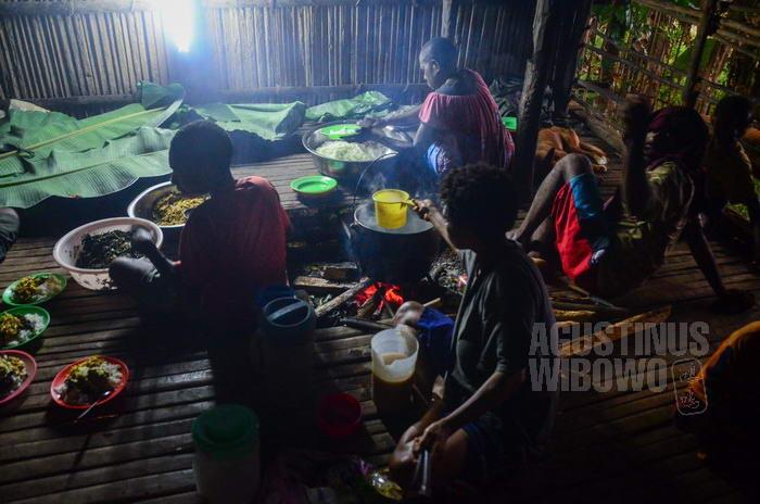 Para warga pengungsi menyiapkan makanan untuk pelayat.
