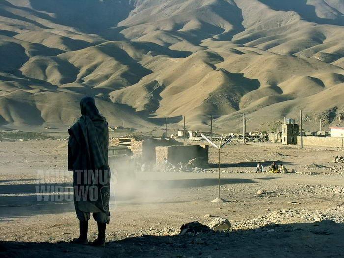 afghanistan-2006-chisht-sharif-man-standing-backdrop-mountains