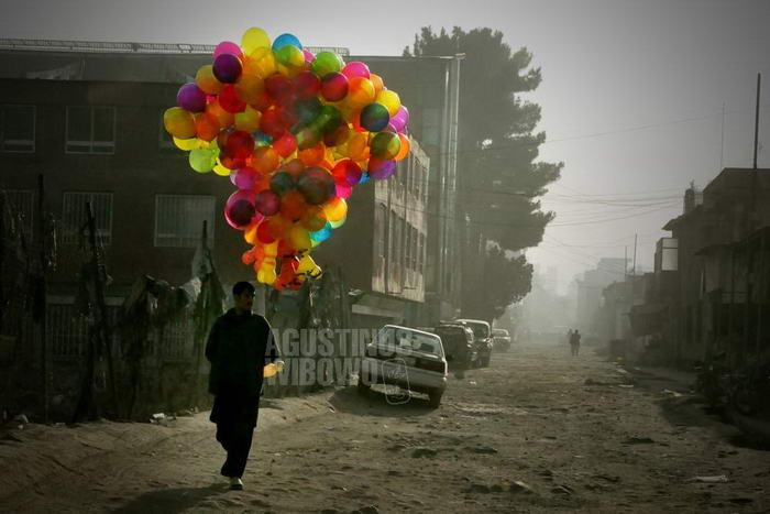 afghanistan-2008-kabul-baloon-man-dusty-street