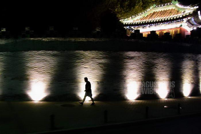 china-2016-beijing-shadow-man-beihai-wall