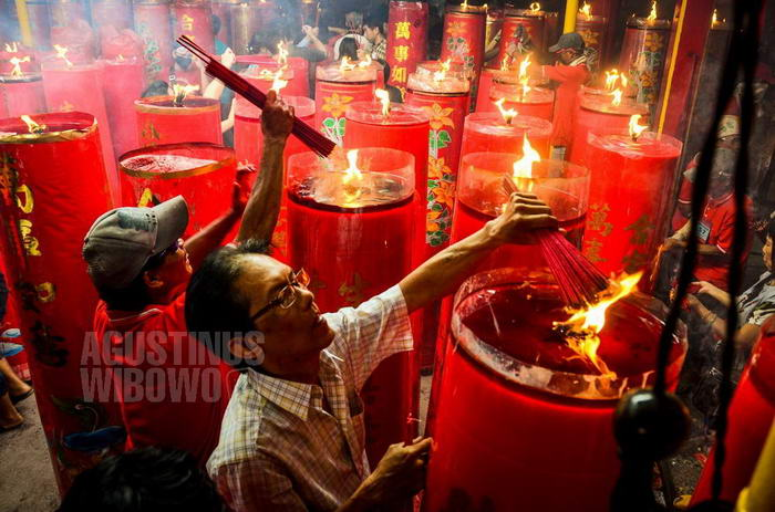 indonesia-2014-jakarta-chinese-new-year-petak-sembilan-temple-candle