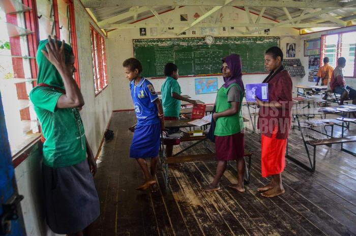 Banyak anak pengungsi OPM yang belajar di sekolah Papua Nugini