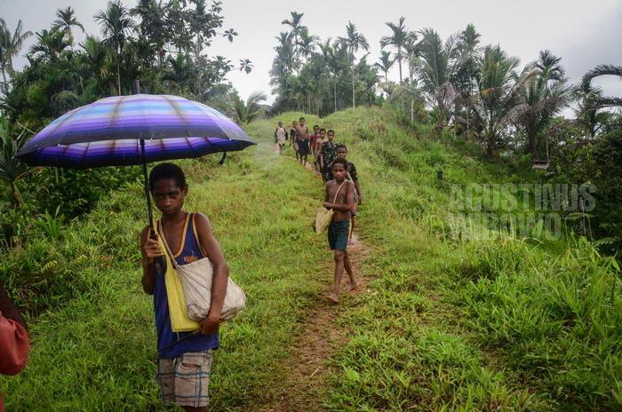 Anak-anak dari Digo yang bersekolah di Tarakbits pulang ke kampung mereka setiap akhir pekan.