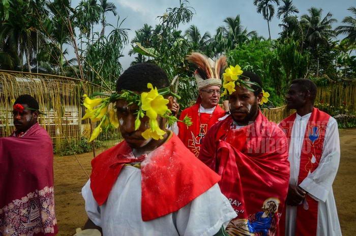 Tradisi bunga kuning di kepala ini sebenarnya berasal dari ujung timur Papua Nugini, di pulau New Britain