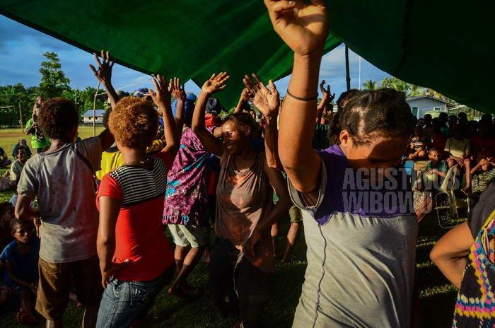 "Para perempuan menarikan lagu Apuse, sebagai tarian ""West Papua"""