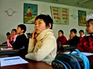 Murid-murid Kirghiz dalam kelas Bahasa Inggris (AGUSTINUS WIBOWO)