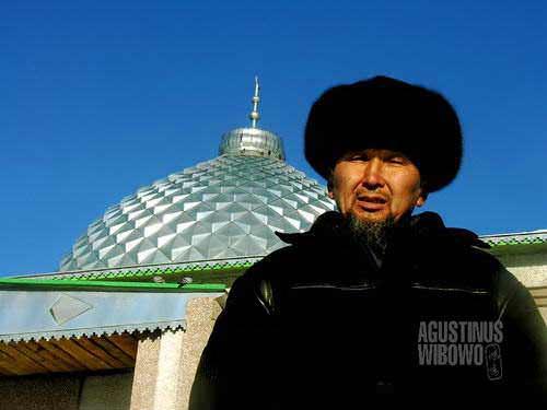Muslim Kirghiz dan masjidnya (AGUSTINUS WIBOWO)