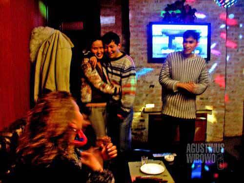 Pemuda-pemudi Kazakhstan menghabiskan waktu di karaoke. (AGUSTINUS WIBOWO)
