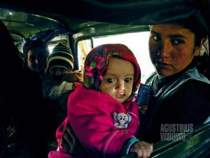 Perempuan Tajikistan di dalam bus, bebas bercampur dengan penumpang pria. Sebuah kontras dibandingkan Afghanistan di seberang sungai yang sangat konservatif (AGUSTINUS WIBOWO)