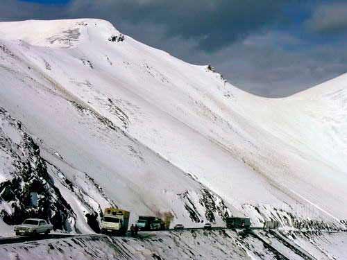 93 persen wilayah Tajikistan adalah pegunungan tinggi. Berjalan di negeri ini bagaikan menembus dunia di atas awan. (AGUSTINUS WIBOWO)