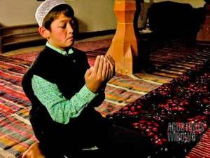 Seorang bocah Tajik di Istaravshan di dalam musholla. (AGUSTINUS WIBOWO)