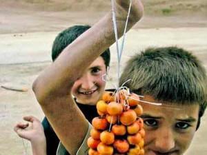 Bocah-bocah menawarkan buah-buahan pegunungan kepada kendaraan yang melintas. (AGUSTINUS WIBOWO)