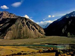 Afghanistan, di seberang sungai, terlihat dari Tajikistan. (AGUSTINUS WIBOWO)