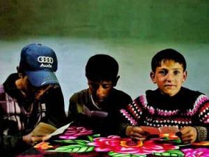 Bocah-bocah Ishkashim belajar di rumah mereka yang tradisional. (AGUSTINUS WIBOWO)