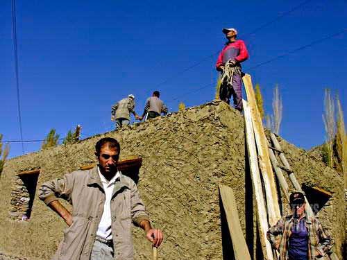 Hishar, gotong royong membangun rumah. (AGUSTINUS WIBOWO)