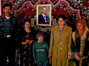Keluarga Yodgor, seorang Khalifa dari Langar, bersama potret pemimpin spiritual Ismaili - Yang Mulia Aga Khan. (AGUSTINUS WIBOWO)