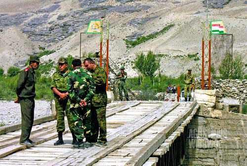 Pembukaan jembatan Afghanistan - Tajikistan. Tilo dan seorang komandan Tajik bernegosiasi dengan para pejabat Afghan di tengah jembatan. (AGUSTINUS WIBOWO)