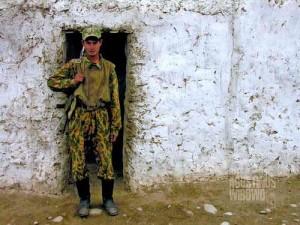 Seorang tentara penjaga perbatasan Tajik di depan posnya. (AGUSTINUS WIBOWO)