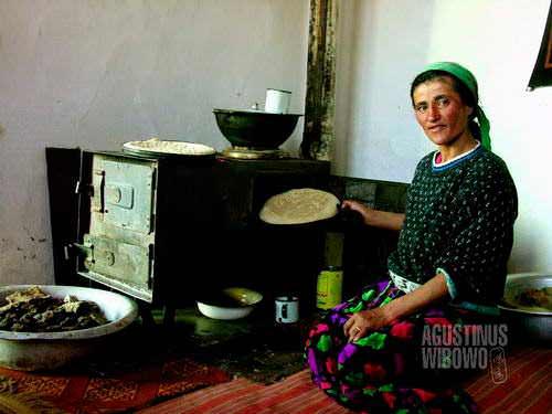 Seorang pembuat roti dari Murghab dengan oven tuanya. [AGUSTINUS WIBOWO]