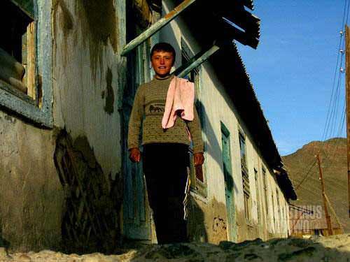 Komplek rumah bobrok dan kosong di pinggiran Murghab. [AGUSTINUS WIBOWO]