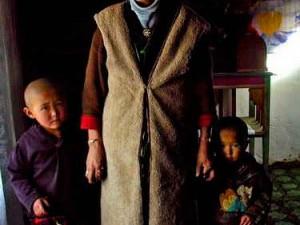 Wanita Khirgiz dengan kedua anaknya. (AGUSTINUS WIBOWO)
