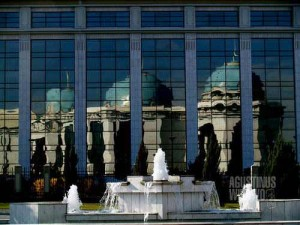Bangunan-bangunan Ashgabat yang bak dari negeri khayalan. (AGUSTINUS WIBOWO)