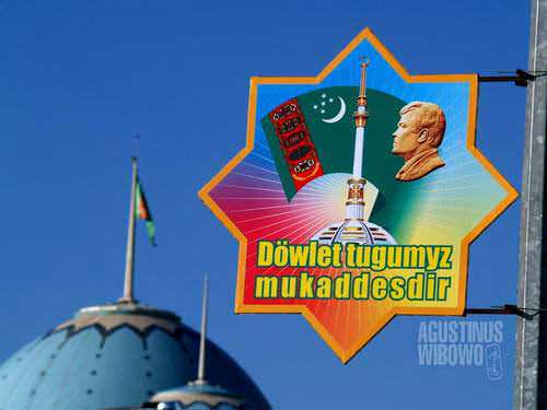 Wajah Turkmenbashi ada di mana-mana (AGUSTINUS WIBOWO)