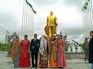 Pernikahan di bawah patung emas Turkmenbashi (AGUSTINUS WIBOWO)