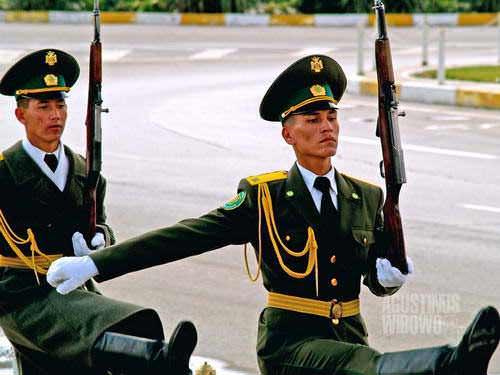 Penuh tentara (AGUSTINUS WIBOWO)