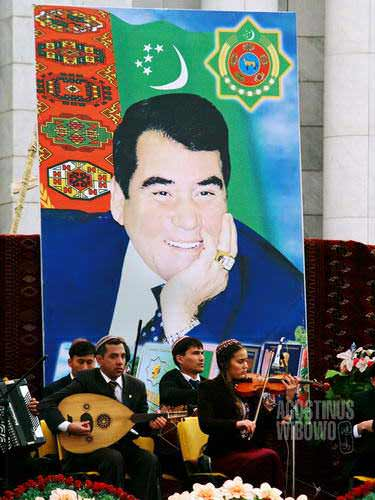 Di bawah sorot mata dan senyuman Turkmenbashi (AGUSTINUS WIBOWO)